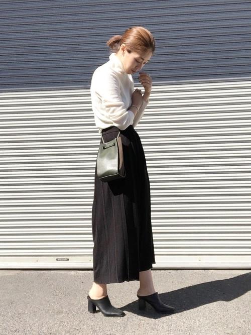 黒プリーツスカート×白ハイネックで大人ガーリーに