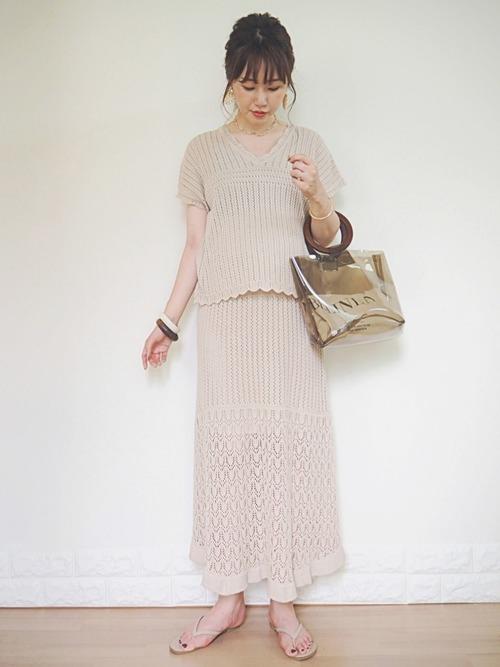 透かし編みVネックセーター×透かし編みニットスカート