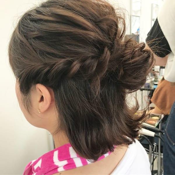 ロープ編みとお団子でキュートなヘアスタイル