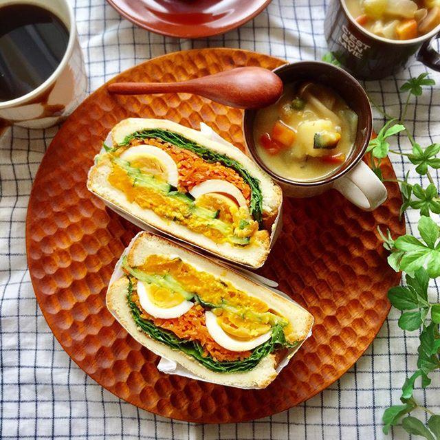 味玉とたっぷり野菜のサンドイッチ