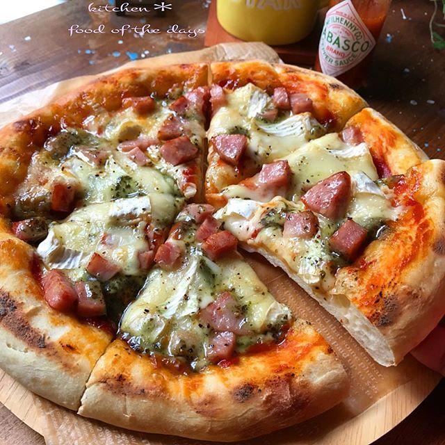 人気料理:カマンベールとハムのピザ