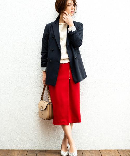 ネイビージャケット×赤スカートコーデ
