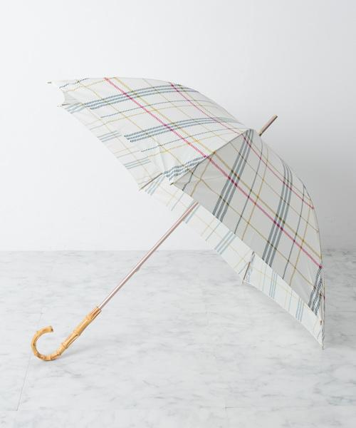 白をベースとしたとても優しい雰囲気が特徴のシンプルなチェック柄の傘。通勤にもデートにももってこいで、ふんわりとやわらかなおしゃれな大人の女性を演出してくれます。自己主張し過ぎないデザインの傘で、通勤スタイルもふんわり可愛らしく包み込んでしまいますよ。バンブーハンドルでしっかりと上品さもあり、閉じて持ち歩くときには細くスッキリとなり軽いのもGOOD!