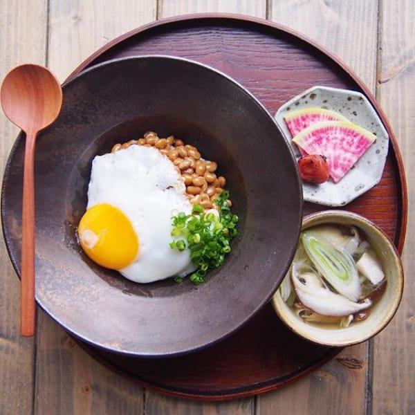 朝食に簡単メニュー!納豆目玉丼