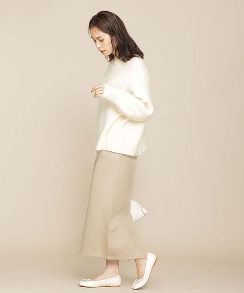 ホワイトニット×ベージュタイトスカート