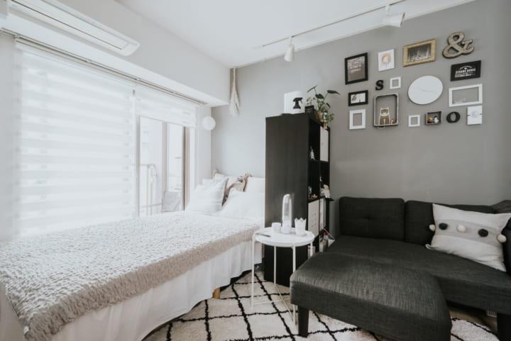 ベッドとの間に間仕切りの棚を配置