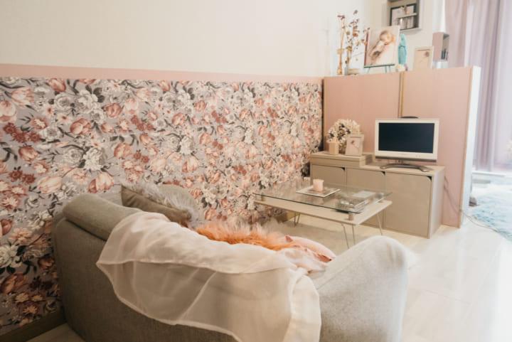棚や壁紙で空間を区切る