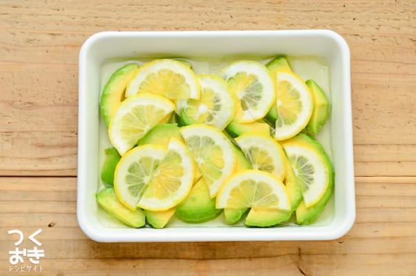 有名で簡単なレシピに!アボカドレモンマリネ