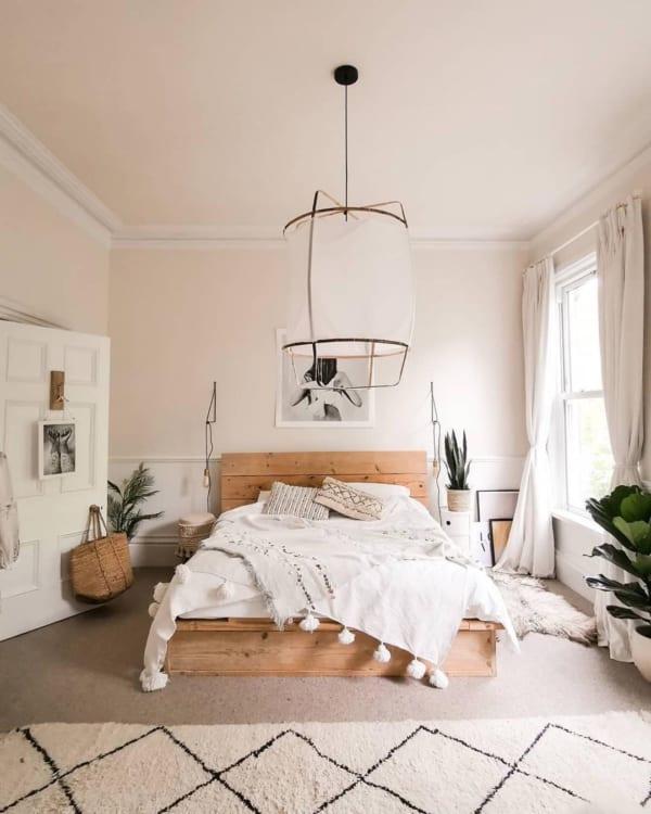 ホワイトインテリアと木材で落ち着く寝室に