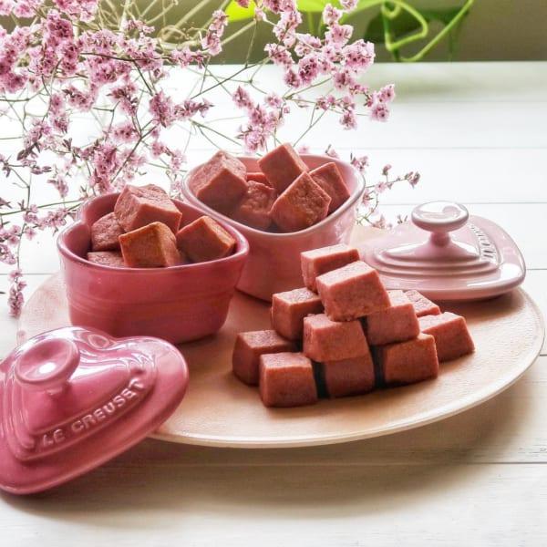 苺のキューブクッキーとピンクのココット