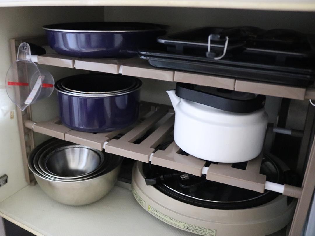 大きい棚で鍋以外のものもまとめて収納して