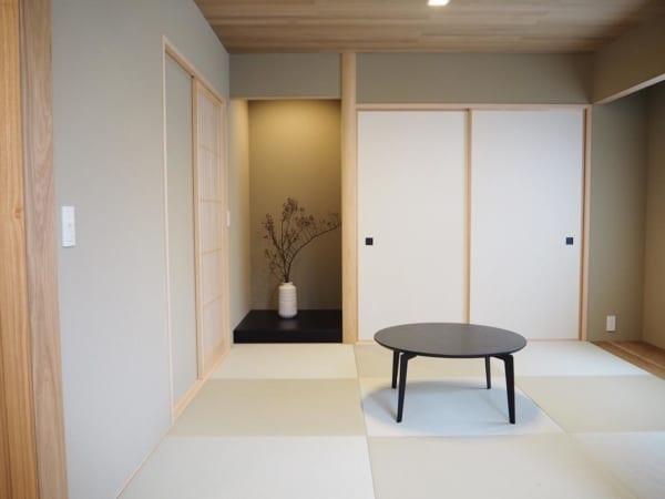 シンプルな和室に生け花が映える