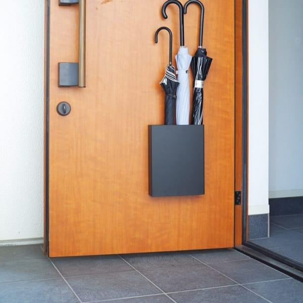 傘立ては扉につけると玄関スッキリ