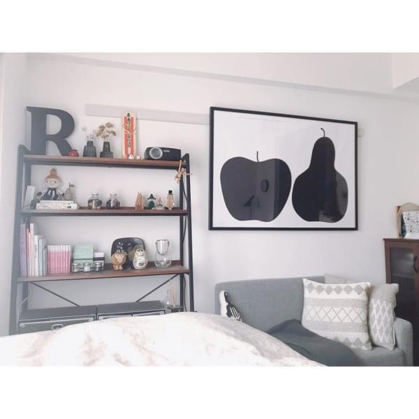 シンプルなデザインのポスターをお部屋に飾る
