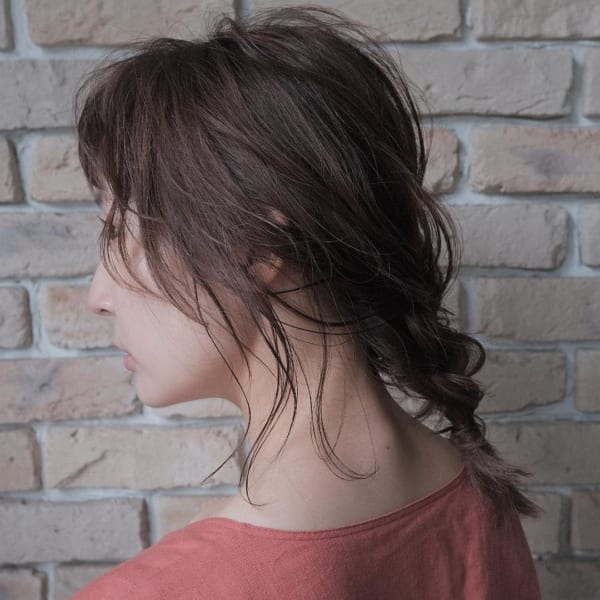 エラにかかる後れ毛ではかなげに