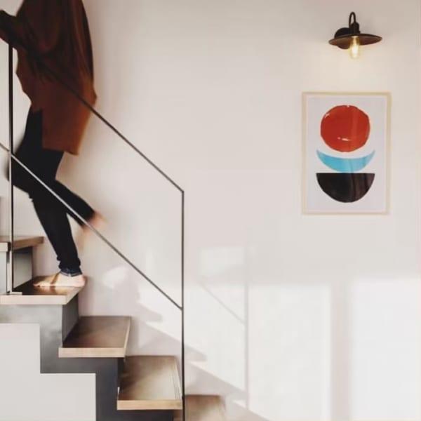 シンプルな空間におしゃれなポスターを飾って