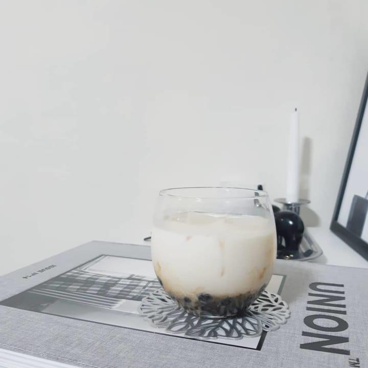 【ダイソー】フォルムが可愛い薄グラスでいただくタピオカミルク