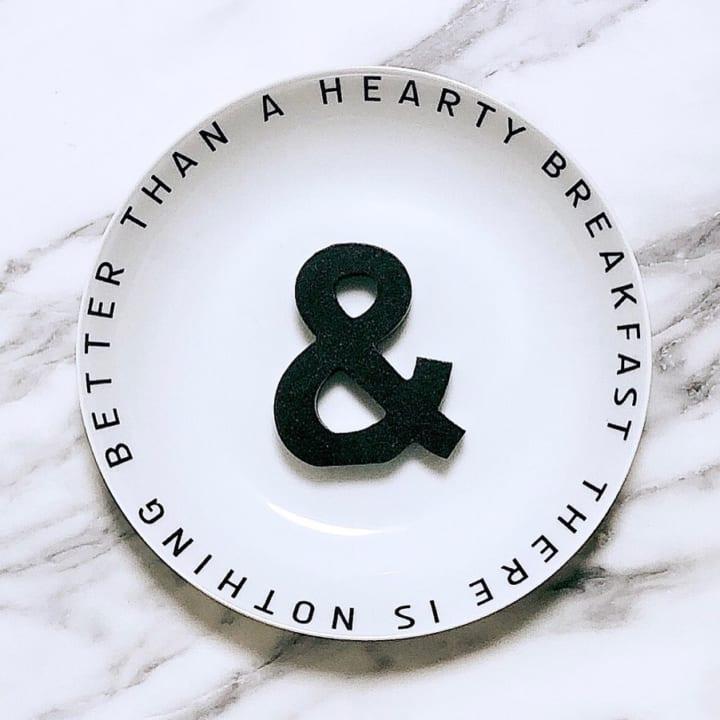 2.ロゴが並んたお皿