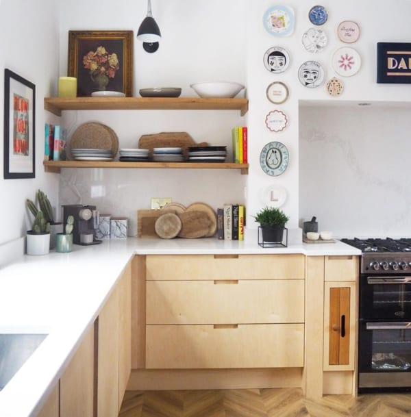 お皿やバスケットを壁に飾って
