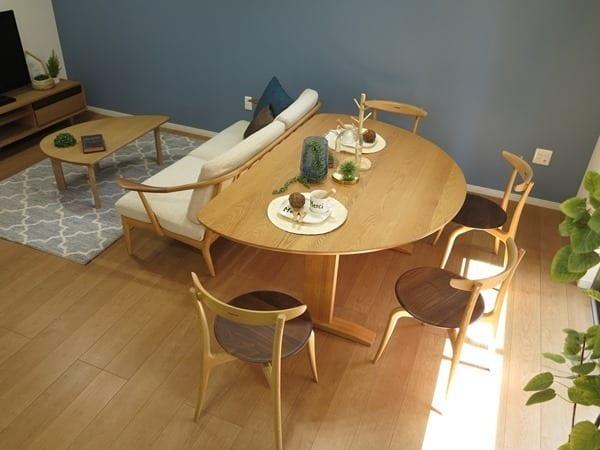 半楕円形のテーブルがソファと調和