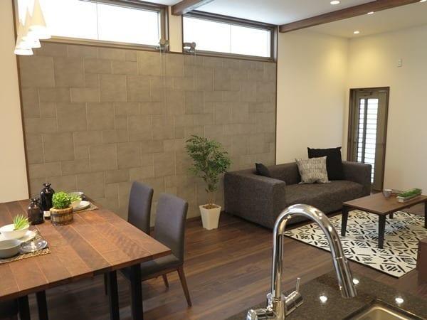 家具の色みを床と壁に合わせてシックに