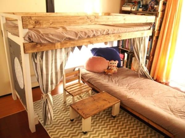古いソファがロフトベッドとキャスター付き家具に
