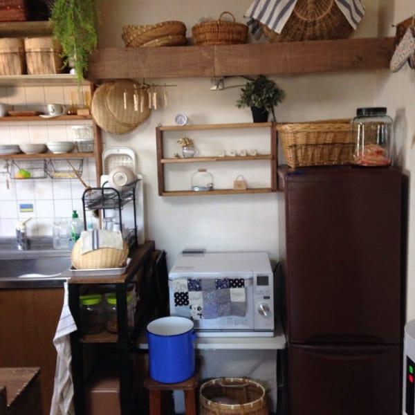 棚とかごがいっぱい!レトロなキッチンインテリア