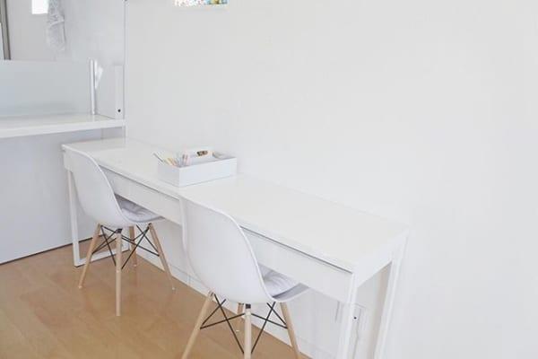 ホワイトインテリアを台所の壁際に設置