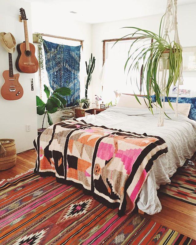 ネイティブ柄が楽しい海外の寝室