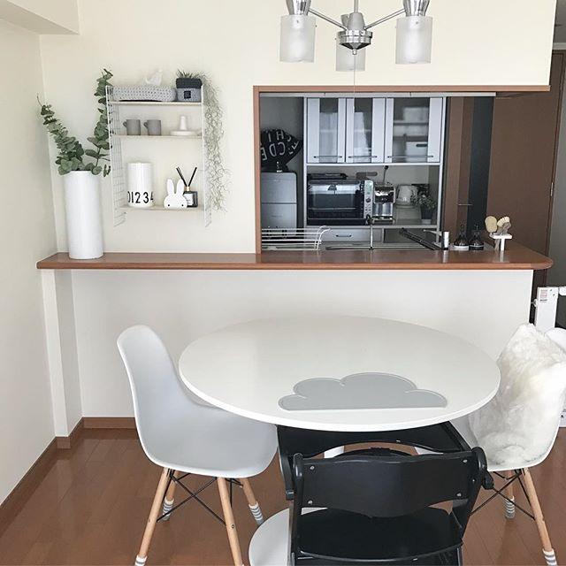 家具を白と黒で統一したリビング