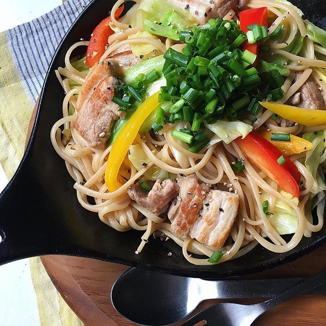 人気料理!豚バラと野菜の燻製醤油バターパスタ