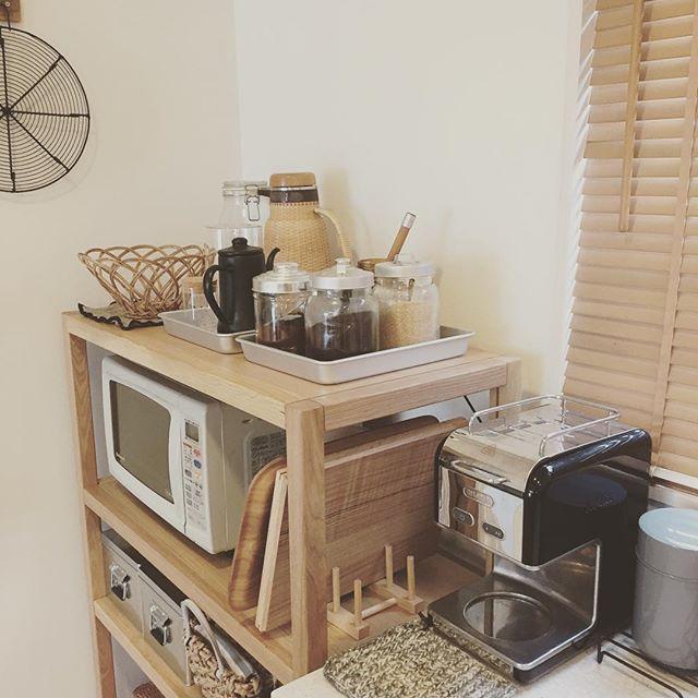 木のラックがおしゃれなキッチンインテリア