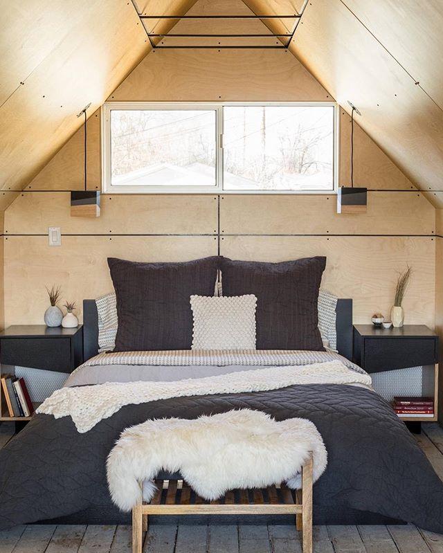 山小屋風でシンメトリーな海外の寝室