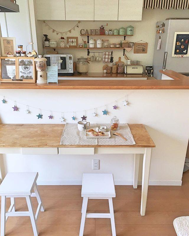 キッチンの近くにテーブルを配置