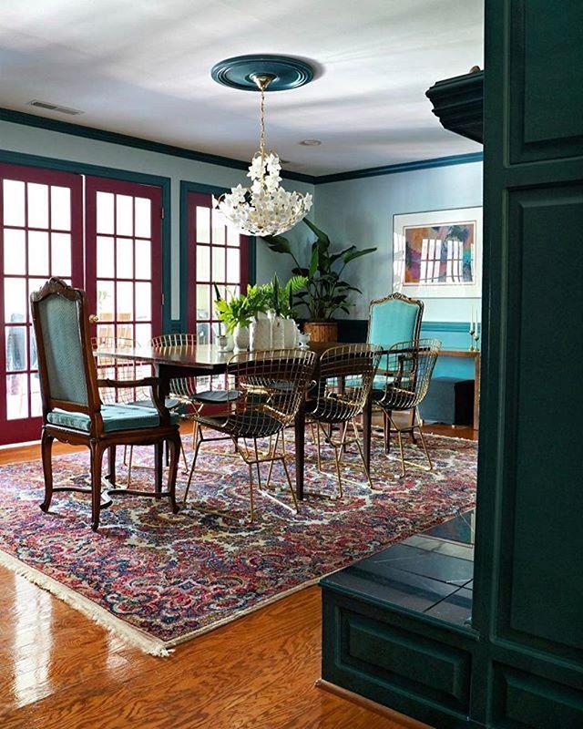 ヨーロッパの格調高い家具と補色のカラーコーディネート