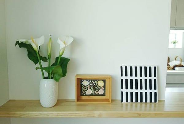 北東向きの玄関を白いお花で彩る