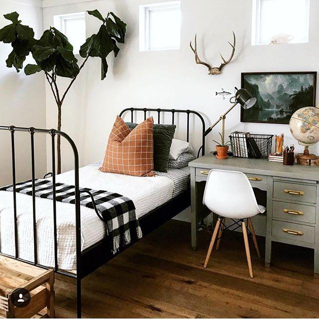 鉄パイプのベッドがおしゃれな海外の部屋