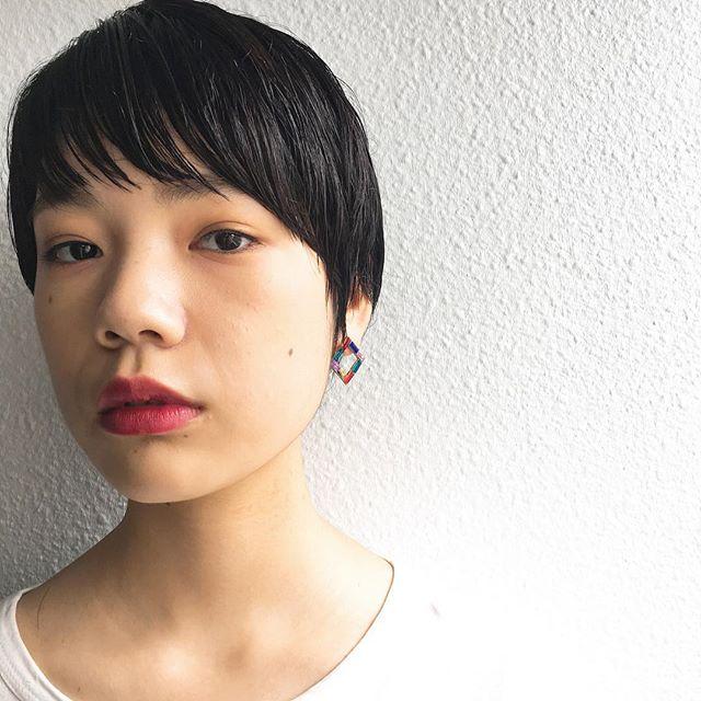 前髪を流した黒髪・暗髪ナチュラルショートヘアで、女性らしく