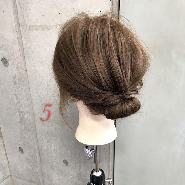 オフィスの髪型:フェミニンなギブソンタックアレンジ