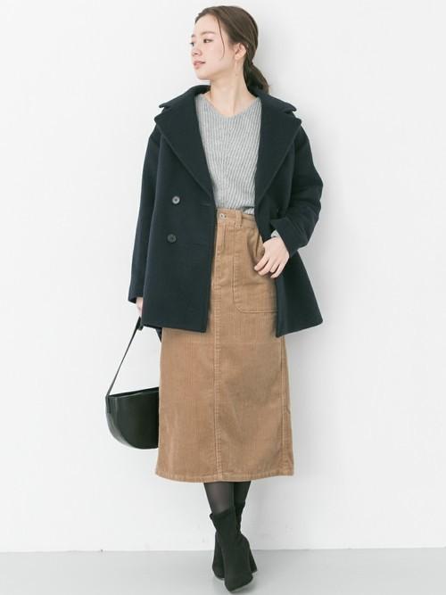 ミディ丈Pコートは大きめ襟が大人っぽい