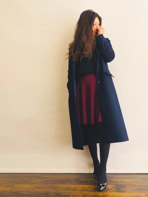 赤フレアスカート×黒ニット×チェスターコート