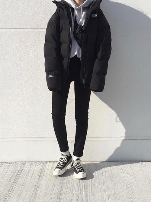 黒デニムパンツ×ダウンジャケット