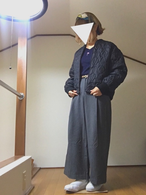 グレーワイドパンツ×紺Vネックニットの冬コーデ
