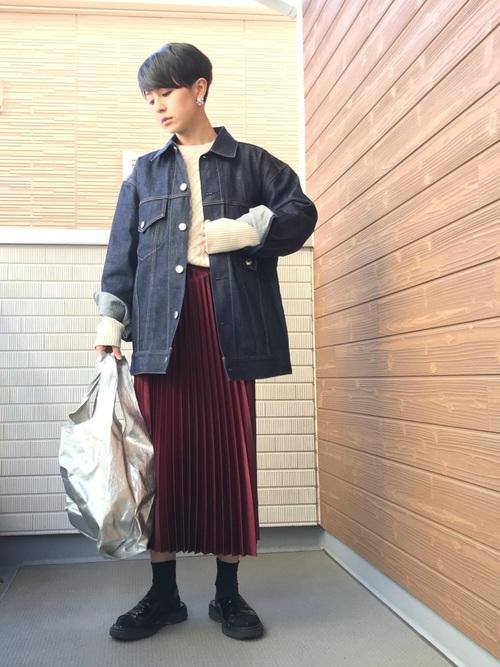 赤プリーツスカート×白ニット×デニムジャケット