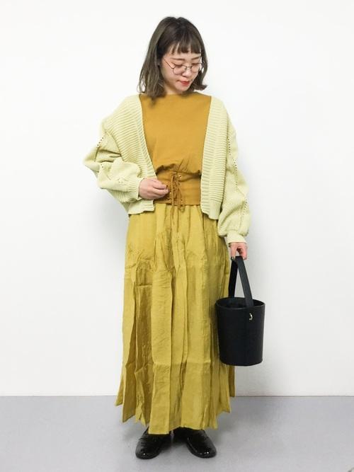黄色 ニット コーデ7