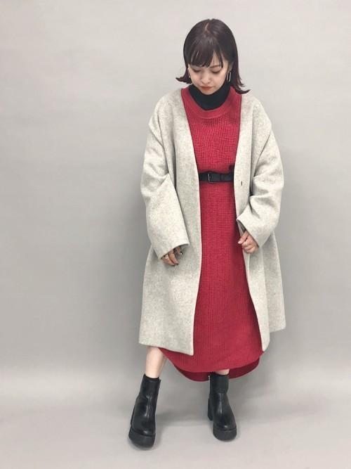 真っ赤なワンピが主役!冬こそ着たい派手色の服装