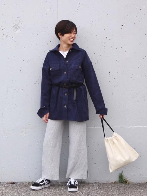 グレーパンツ×紺コーデュロイシャツの冬コーデ