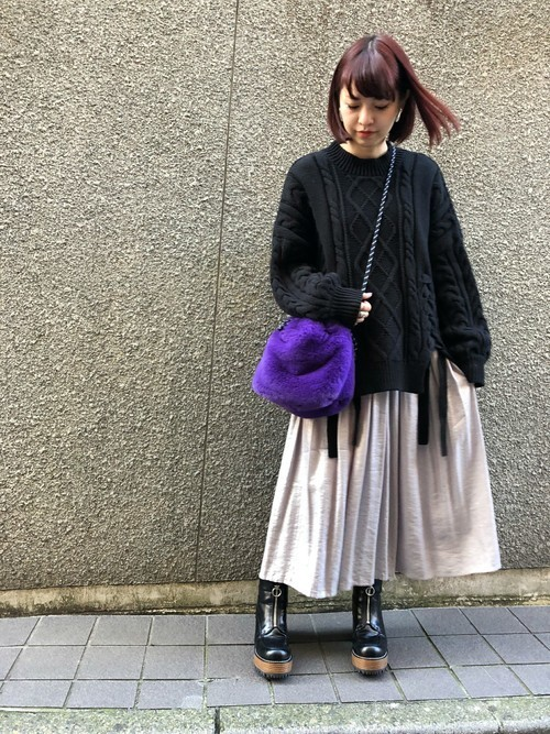 黒ケーブルニット×プリーツスカート