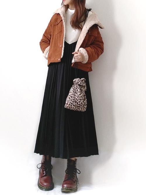 黒ワンピース×茶色ファーコートの冬コーデ