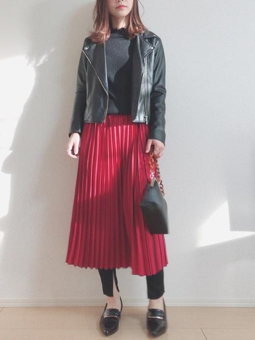 赤プリーツスカート×黒ニット×ライダースジャケット